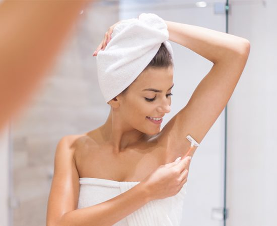 woman shaving armpit without post-inflammatory hyperigmentation